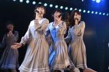 AKB48劇場公演ラストはチームBメンバーで乃木坂46の「おいでシャンプー」を披露(左から渡辺麻友、生駒里奈、柏木由紀)(C)AKS