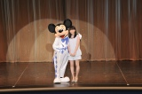 女優の志田未来が東京ディズニーランドで大好きなミッキーマウスと共演