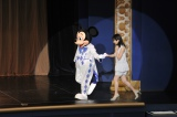 ミッキーマウスにエスコットされて志田未来がサプライズ登場