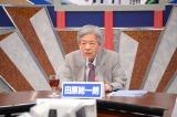 本人役で登場し討論の司会を務めた(C)NHK