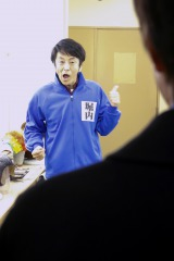 NHK・BSプレミアムで放送中の『ボクの妻と結婚してください。』三村(内村)の前でネタを披露する「堀内」(C)NHK