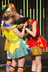 『第7回AKB48選抜総選挙』投票速報は5位にランクインしたが、メンバーを思い悔し涙を流した山本彩(右)=チームN 『ここにだって天使はいる』公演 (C)AKS