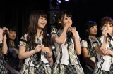 AKB48劇場では元HKT48の中西智代梨とHKT兼AKBの宮脇咲良が驚き、喜んだ(C)AKS