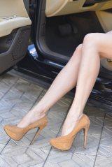 ハイヒールやサンダルなど、安全に支障を及ぼすおそれのある靴を履いて運転することは避けよう