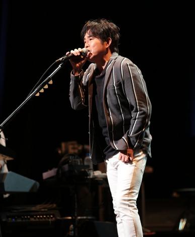 全国ツアー最終公演で熱唱するSING LIKE TALKINGの佐藤竹善(写真/横内禎久)