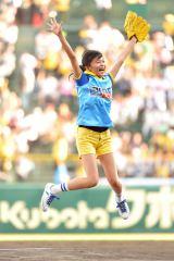 ノーバン投球成功で大喜びの小島瑠璃子(C)MBS