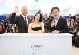 黒沢清監督(右)の受賞を祝福した(左から)浅野忠信、深津絵里(C)Kazuko Wakayama