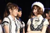 AKB48劇場で速報発表を見守った(左から)高橋みなみ、島崎遥香 (C)AKS
