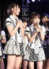 『第7回AKB48選抜総選挙』速報順位に一喜一憂する(左から)高橋みなみ、島崎遥香 (C)AKS