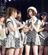 『第7回AKB48選抜総選挙』速報をAKB48劇場で見守った(左から)高橋みなみ、島崎遥香 (C)AKS