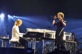 GLAYのデビュー曲「RAIN」(94年)をプロデュースしたYOSHIKIのピアノ演奏で歌うTERU