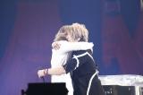 YOSHIKIと熱い抱擁を交わすGLAYのTERU(右)