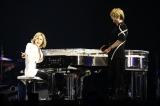 ステージ下から「Forever Love」を弾きながら登場しVサインを見せるYOSHIKI