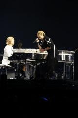 GLAYのデビュー曲「RAIN」(94年)をYOSHIKIのピアノ演奏で歌うTERU