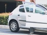 """人を傷つけることもある""""車のドア""""。生身の歩行者や自転車は特に注意!"""
