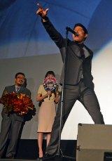 生歌を熱唱した鈴木亮平(右)とうちわを持って応援する戸田恵梨香(中)、中村義洋監督(左) (C)ORICON NewS inc.