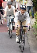 ヘルメットを着用して自転車を運転したまこと(C)ORICON NewS inc.