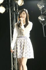 シングル「出逢いの続き」の発売記念ミニライブを行った渡辺麻友