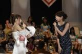 4位に輝いたAKB48・高橋みなみ(左)とサプライズで登場した前田敦子(右)(C)AKS
