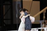 熱く抱擁しあう(左から)高橋みなみ、前田敦子(C)AKS