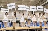 プラカードを掲げて『リクアワ』開催を発表した(左から)山本彩、白間美瑠、矢倉楓子、渡辺美優紀、吉田朱里、薮下柊、渋谷凪咲(C)NMB48