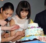 『海街diary』初日舞台あいさつで、綾瀬はるかの手作りケーキを試食する長澤まさみ、広瀬すず (C)ORICON NewS inc.