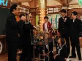 授業では水槽を使ったマジックも披露 (C)テレビ朝日