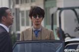 私物のサングラスで自己顕示欲の塊のような探偵社の社長役を演じるユースケ・サンタマリア