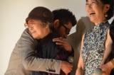 秦基博の生歌に感極まり、思わず樹木希林を抱きしめた永瀬正敏。浅田美代子(右)らほかの登壇者は大ウケだった (C)ORICON NewS inc.