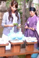 夏場の胸元サラサラを祈願し、日本唯一の気象神社(東京・氷川神社内)に熱中症対策にオススメの『天使のブラ 極上の谷間』の生地で作ったてるてる坊主を奉納した、2015トリンプ・イメージガールの永田レイナさん