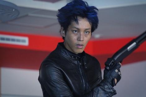 松坂桃李、青髪カラコンで挑む初の殺人鬼姿が解禁 『MOZU』は血の気の多い現場