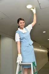 1日総務部体験で電球交換を行う武井咲 (C)テレビ朝日