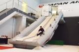 高さ4メートル強の大型モックアップからスライド滑走 (C)oricon ME inc.