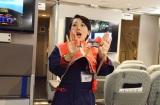 日本語と英語で、大きな声でライフジャケットの着用方法を指示(C)oricon ME inc.