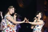 (左から)宮脇咲良、兒玉遥=『HKT48全国ツアー〜全国統一終わっとらんけん〜』ファイナルの夜公演(C)AKS