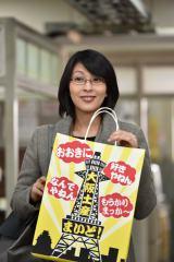 「たこタコス」を持参し、東京地検城西支部を訪れた松たか子