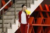 NHKのドラマ『美女と男子』第14回(7月14日放送)で赤いジャージ姿になった仲間由紀恵(C)NHK