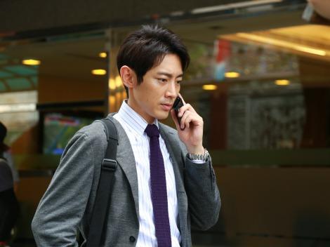 電話中な小泉孝太郎