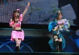 日本武道館で行われた田中れいな卒業コンサート(左から)道重さゆみ、田中れいな