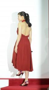 SK-II新CM発表会に登場した綾瀬はるか 真っ赤なドレスを纏い大胆に背中を披露 (C)oricon ME inc.