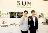 『SUM』にサプライズ来店した(左から)EXOのスホ、SHINeeのオンユ (C)ORICON NewS inc.