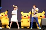 テレビ東京の紺野あさ美アナウンサー(左)が佐香智久(右)の生歌「ゲッタバンバン」に合わせてキレキレダンスを披露