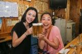 『発見!なるほどレストラン』改め、7月14日放送より『発見!ウワサの食卓』スタート。で、乾杯!? (左から)木村佳乃、いとうあさこ(C)関西テレビ
