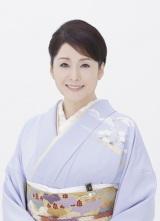 阿部渉アナウンサーと北島三郎を支える松坂慶子。同番組の司会は5回目