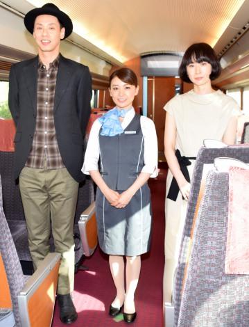 大混雑となった列車内会見の模様\u003d映画『ロマンス』の