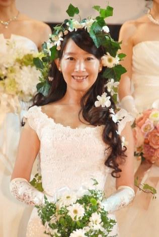 30年ぶりのウエディングドレスに笑顔を浮かべたアグネス・チャン=『第33回横田富佐子杯ブライダルコンテスト』(C)ORICON NewS inc.