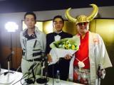 結婚を発表したグループ魂のバイト君(中央)
