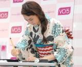 書道をする松井愛莉=『VO5 ヘアスタイリングワゴン』オープニングセレモニー (C)ORICON NewS inc.