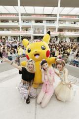 新曲「Tweedia」発売記念イベントを開催した安田レイ(中央)。植野有砂(左)、藤田ニコル(右)も駆けつけた