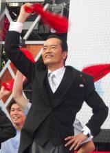 赤いタオルを回してダンスを披露した遠藤憲一 (C)ORICON NewS inc.